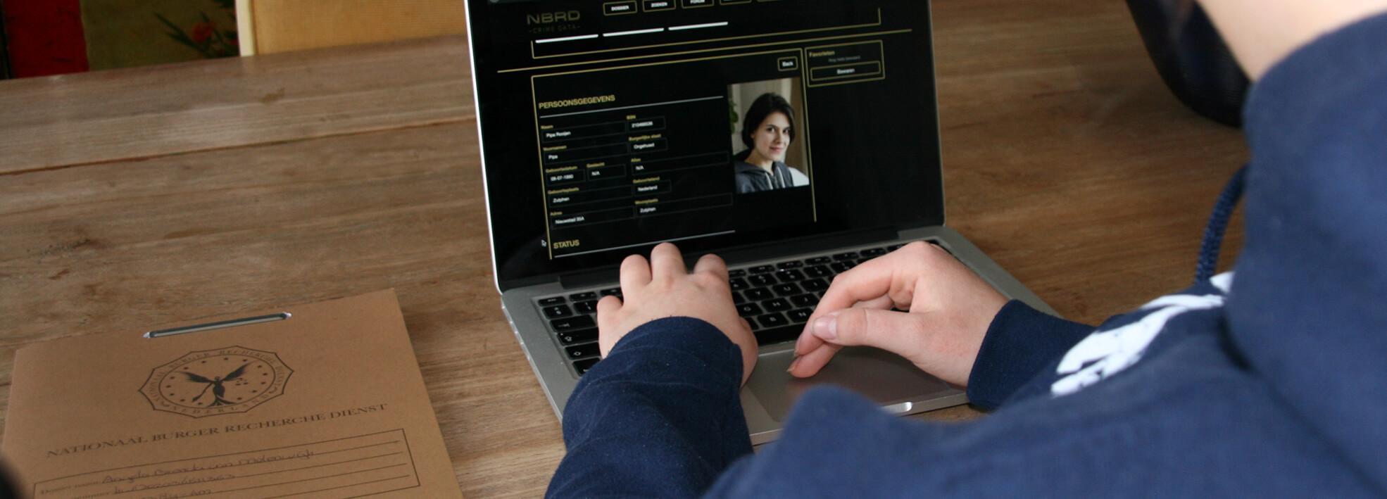 Realistisch politiedossier voor een online moordspel